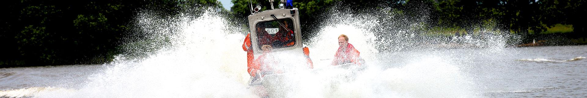 Banner - Feuerwehrboot im Einsatz